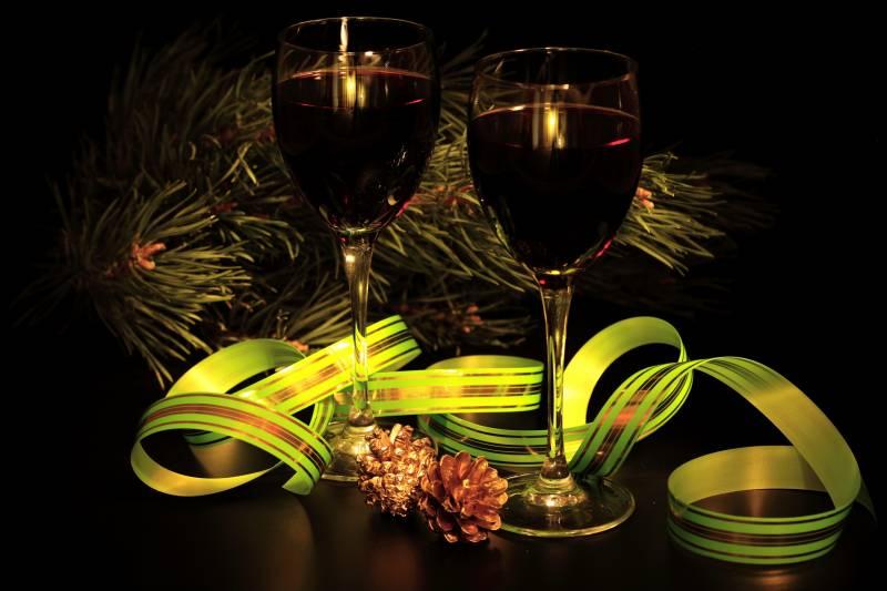 Два бокала красного вина.Новогодние обои 2018