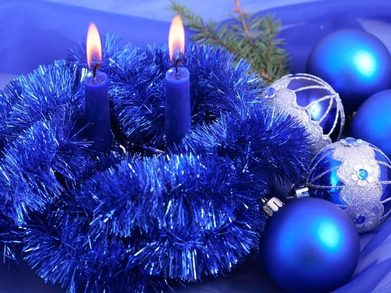 Новогодние свечи и елочные шары.Новогодние обои 2016