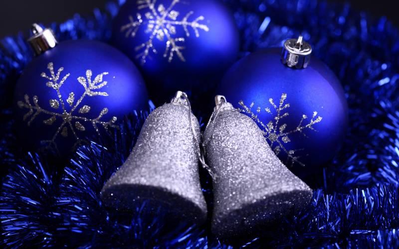 Новогодние серебрянные колокольчики.Новогодние обои 2016